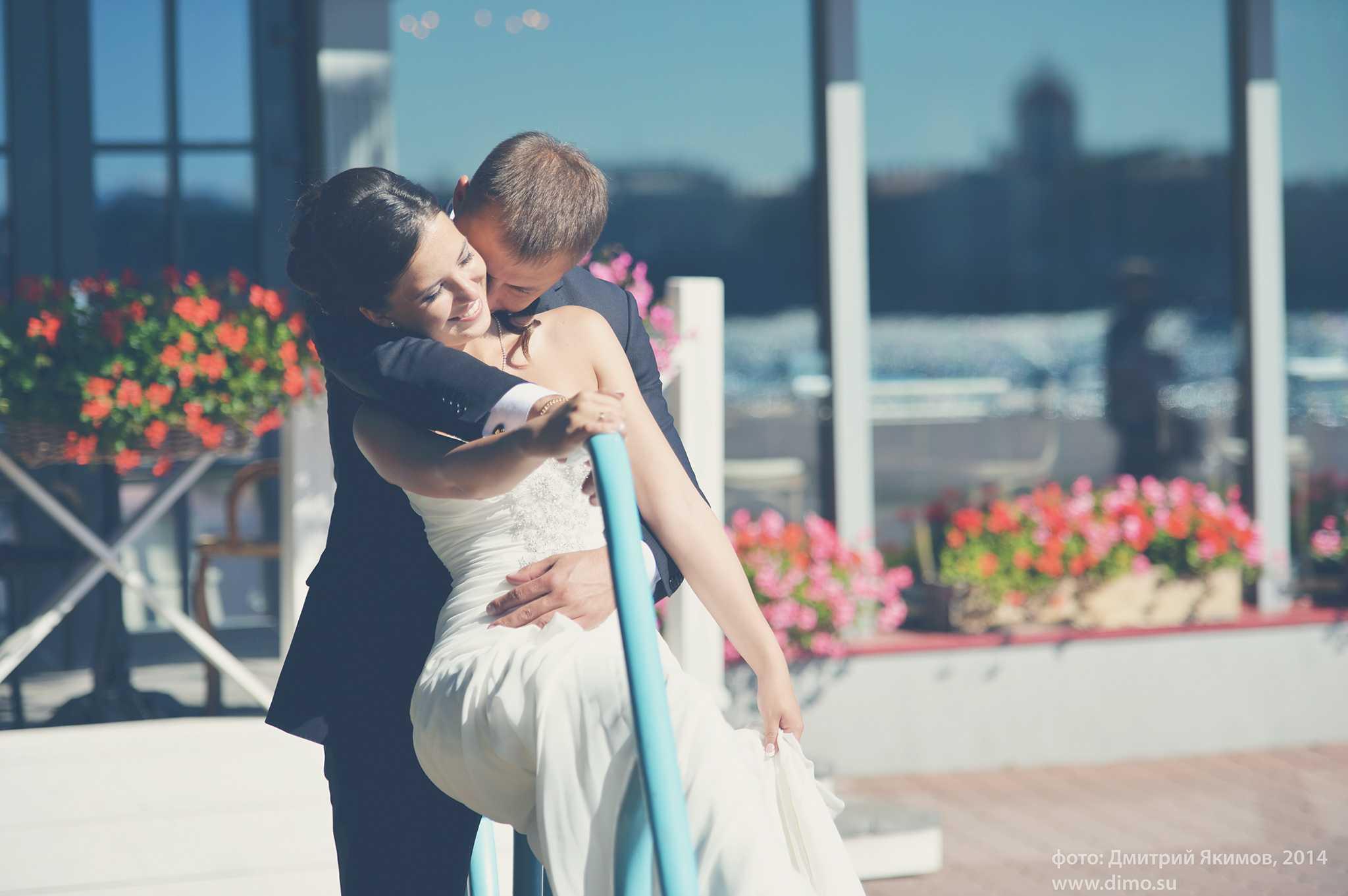 Нежные объятия жениха и невесты
